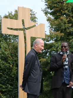 croix sur mesure, croix pour le diocèse de Rennes, croix en bois, croix sur socle, christ en croix, croix en hêtre, croix en chêne